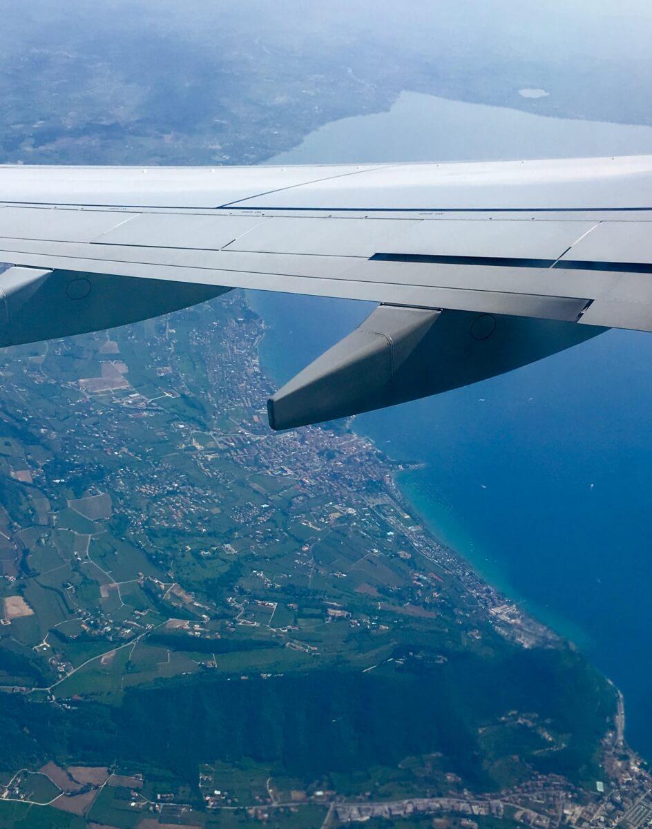 Zicht op het Gardameer vanuit vliegtuig