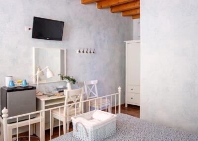 Camera Acqua Azzurra con scrivania, televisione, mini frigo